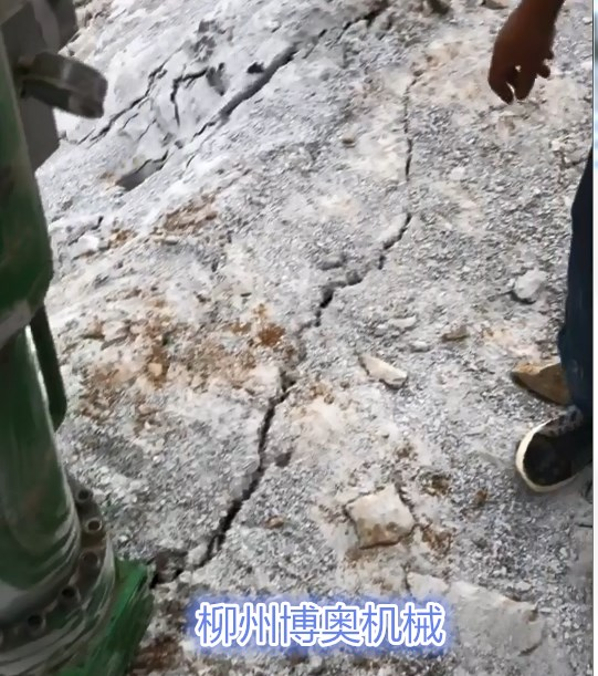 三峡大坝石头太硬打不动怎么办?用劈裂机劈石就行